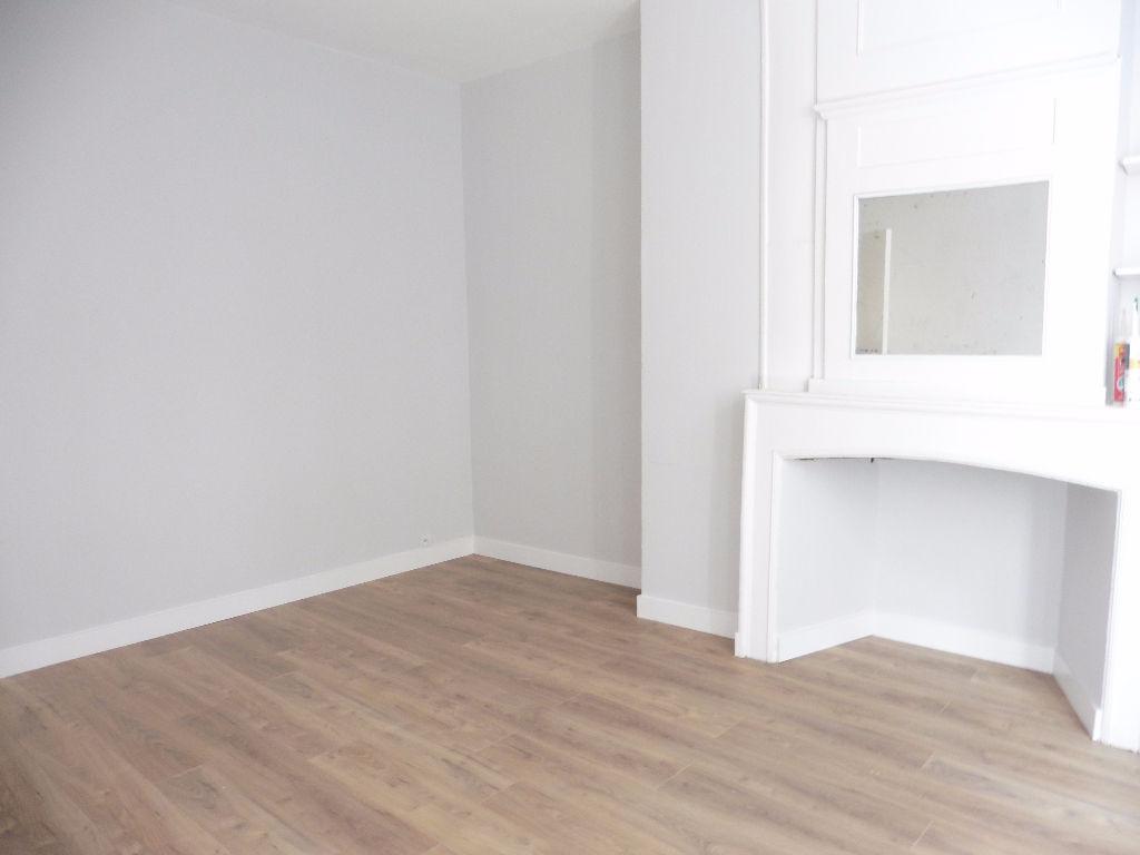 Location appartement - Studio non meublé de 24m² refait à neuf rue de Pierre Mauroy