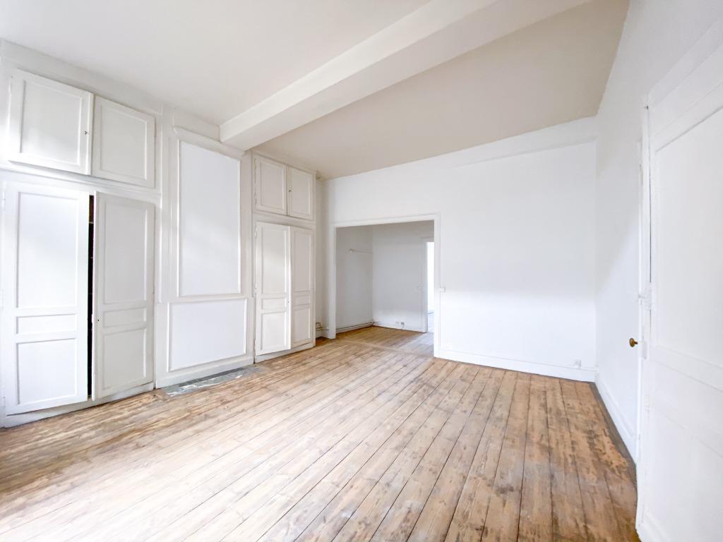 Location appartement - A louer vaste T2 bis place du Lion d'Or