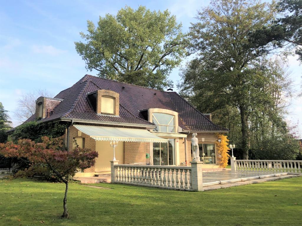 Vente maison - Villa 5 chambres, jardin, piscine, garage.