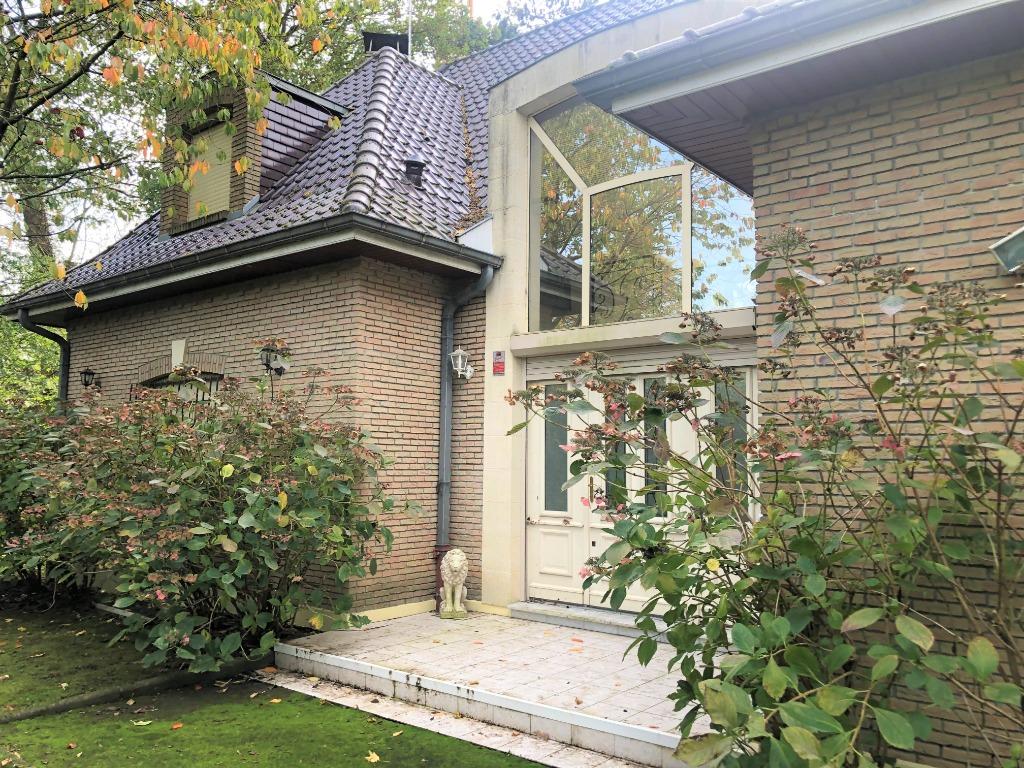 Villa 5 chambres, jardin, piscine, garage.