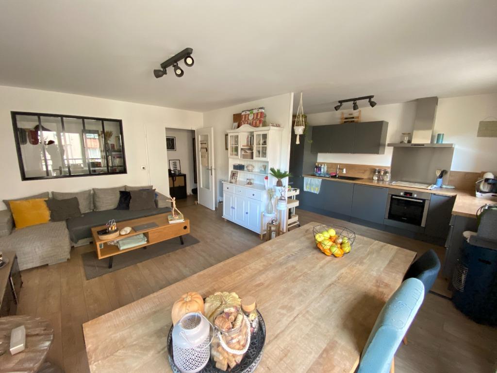Vente appartement - Vieux Lille, appartement deux chambres, balcons et garage.