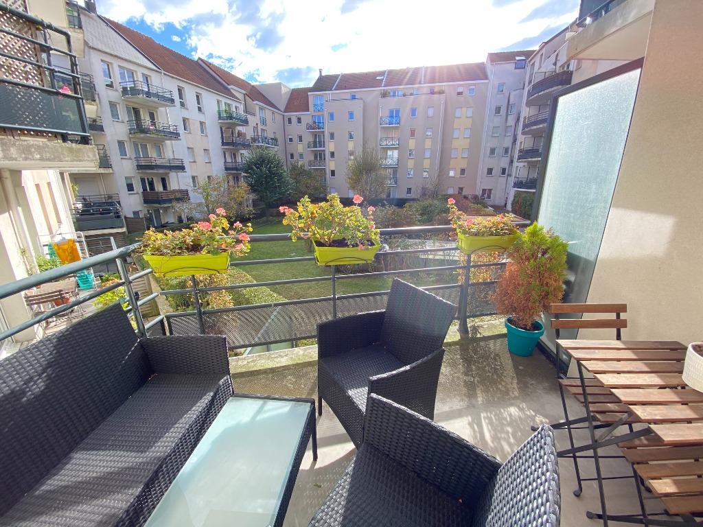 Vieux Lille, appartement deux chambres, balcons et garage.