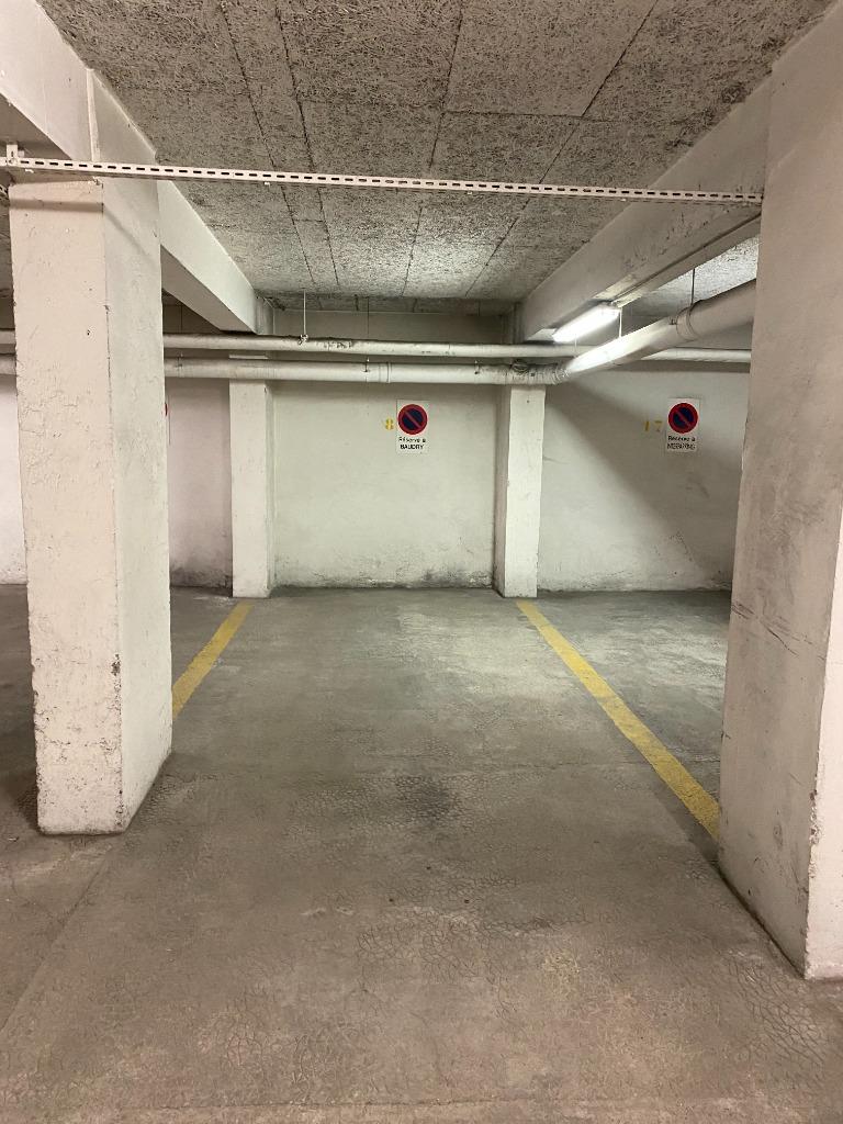 Derrière l'opéra de Lille, une place de parking en sous-sol
